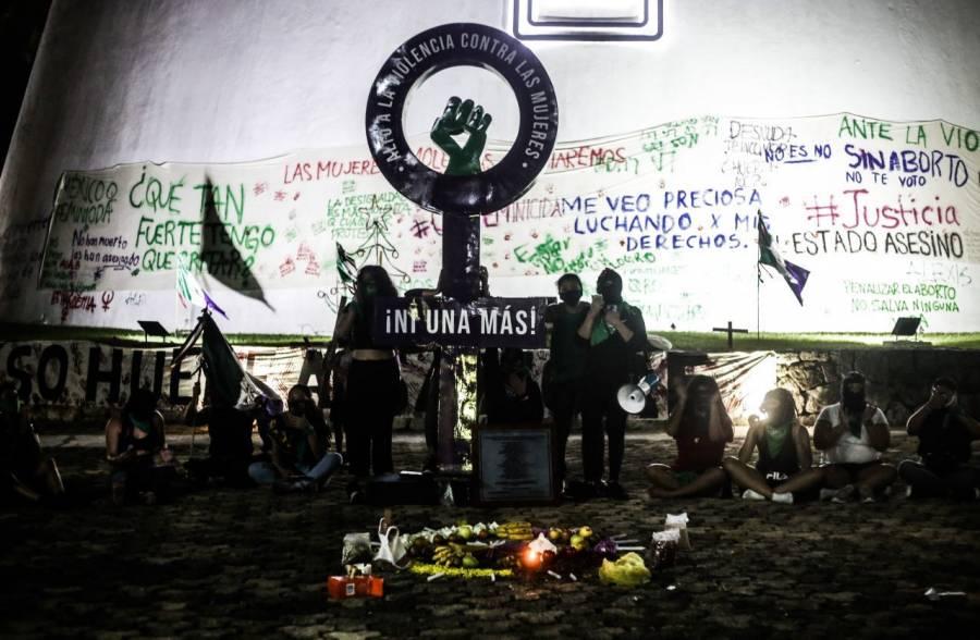 Instalan colectivos feministas Antimonumenta en congreso de Quintana Roo