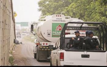 Pipa se estaciona mal y descubren que transporta gasolina robada