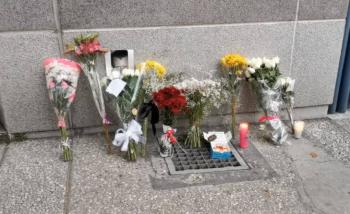 Colocan ofrenda en la Embajada de Francia en México tras muerte de Baptiste Lormand