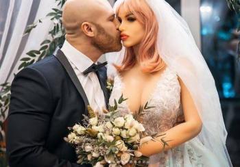 Triunfó el amor: Fisicoculturista se casa con su muñeca inflable