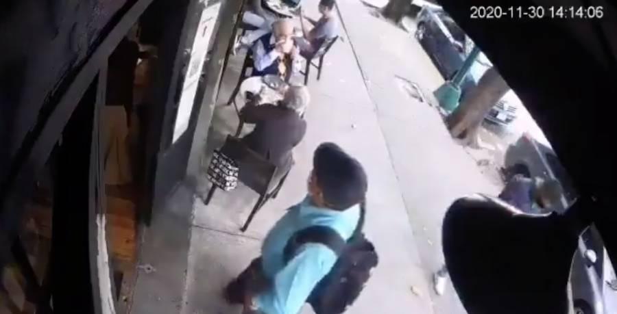 Le roban bolso a persona de la 3ra edad en restaurante de la Roma