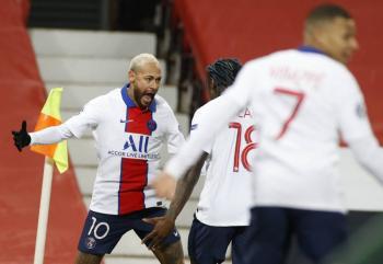 PSG gana al United en Old Trafford y Chelsea golea al Sevilla con póker de Giroud