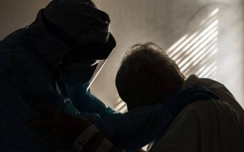 Foto de médico abrazando anciano con Covid se vuelve viral