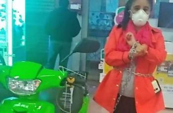 Mujer se encadena a motocicleta para que le respeten precio en Walmart de San Luis Potosí