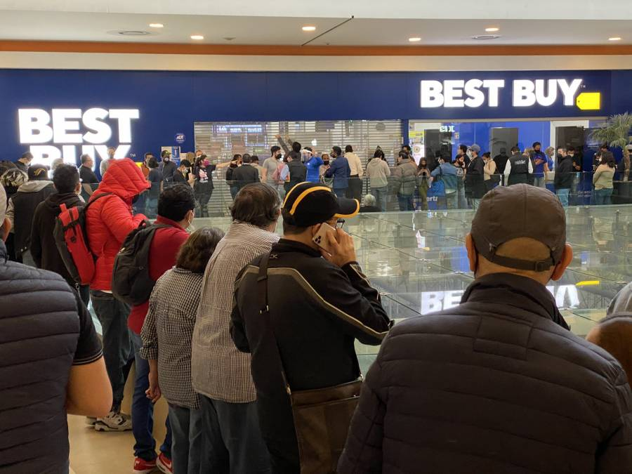Compradores hacen largas filas en tiendas Best Buy por liquidaciones