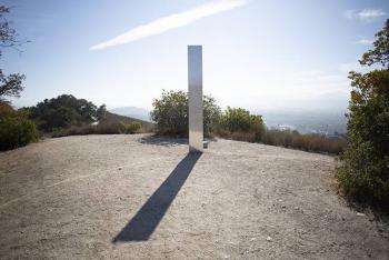 Tercer monolito misterioso aparece en California, ¿de qué se trata?