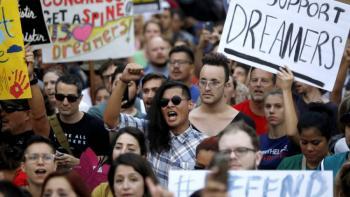 Juez ordena a gobierno de EEUU que reinstaure protecciones para los