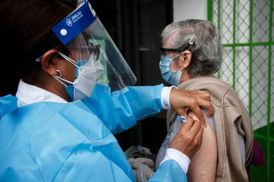 Personal de salud, adultos mayores y personas con enfermedades crónicas, primeros en recibir vacuna