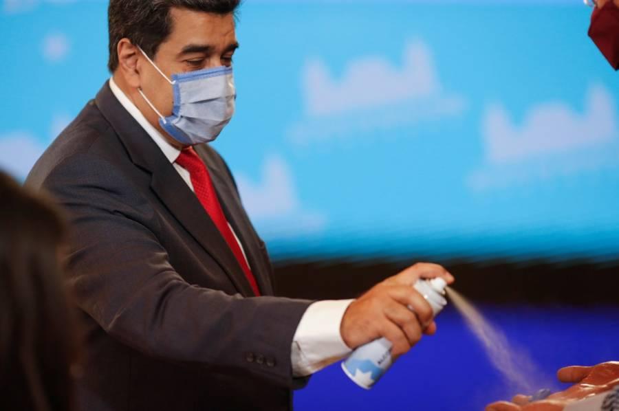 Previo a rueda de prensa, Maduro desinfecta con spray a reporteros
