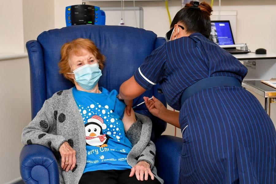 Una mujer de 90 años recibe la primera vacuna contra COVID-19 en el mundo