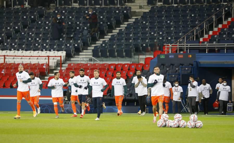Jugadores del PSG y Basaksehir, visten camisetas contra el racismo