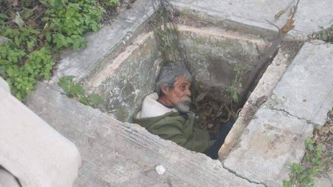 Rescatan a adulto mayor que se refugiaba en alcantarilla del frio