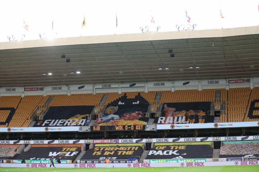 Con pancarta, afición del Wolverhampton rinde homenaje a Raúl Jiménez