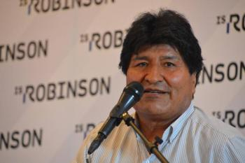 Video: Lanzan sillas a Evo Morales durante evento político en Bolivia