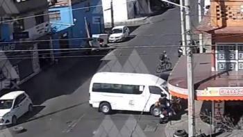 Video: Combi a exceso de velocidad impacta contra local en Neza; chofer intenta darse a la fuga