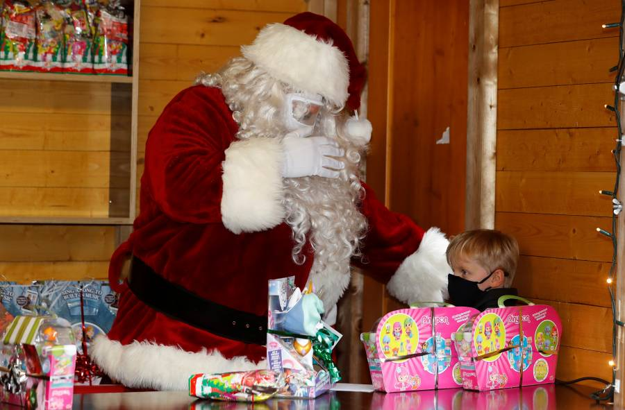 Actores disfrazados de Santa y señora Claus, se toman fotos con niños y dan positivo a COVID-19