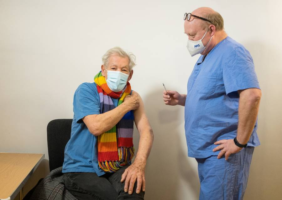 El actor Ian McKellen, eufórico tras recibir vacuna de COVID-19