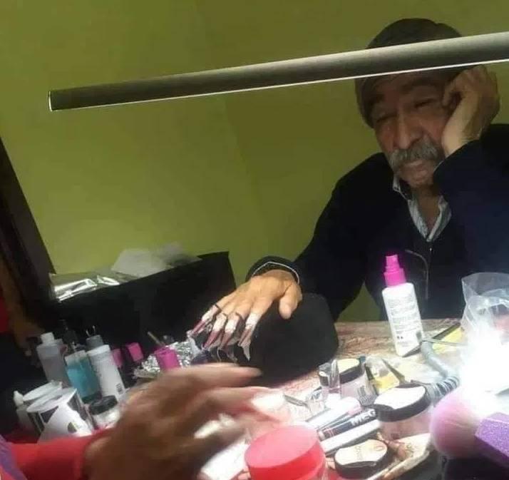 Papá se deja poner uñas postizas para ayudar a su hija a pasar un examen