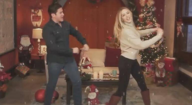 Samuel García desea Feliz Navidad cantando y bailando al lado de su esposa