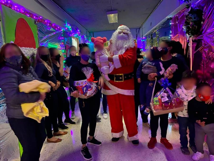 Santa Claus llevó regalos a Santa Martha Acatitla