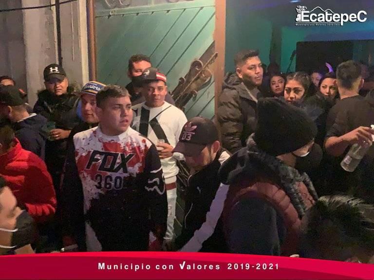 A pesar del semáforo rojo, las autoridades dispersaron al menos 13 fiestas