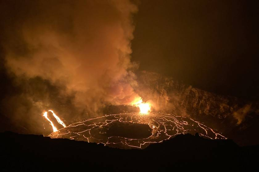 Multan a visitantes por acercarse a volcán en Hawai