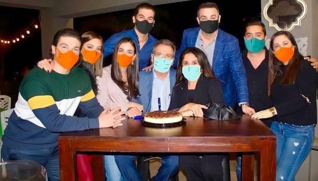 Samuel García sube foto de cena familiar con cubrebocas hechos con Photoshop