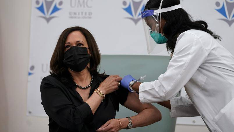Recibe Kamala Harris vacuna de Moderna contra Covid-19