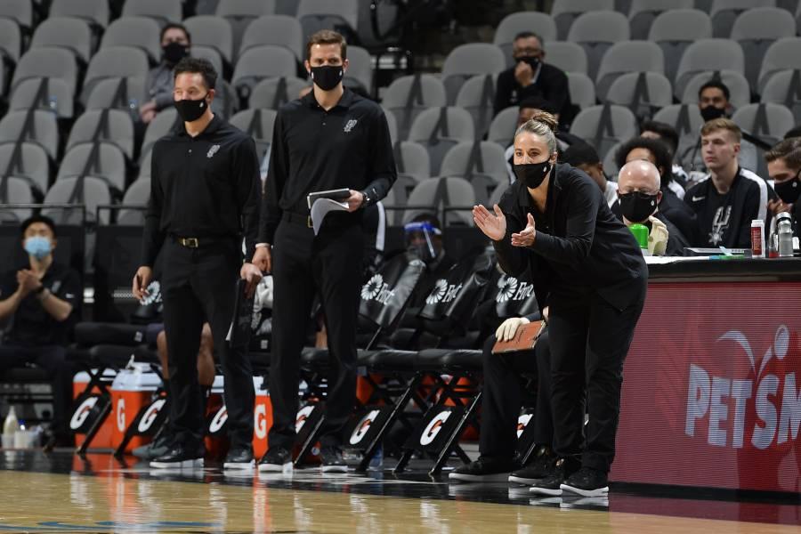 ¡Histórico! Becky Hammon se convierte en la primera mujer en dirigir un partido de la NBA