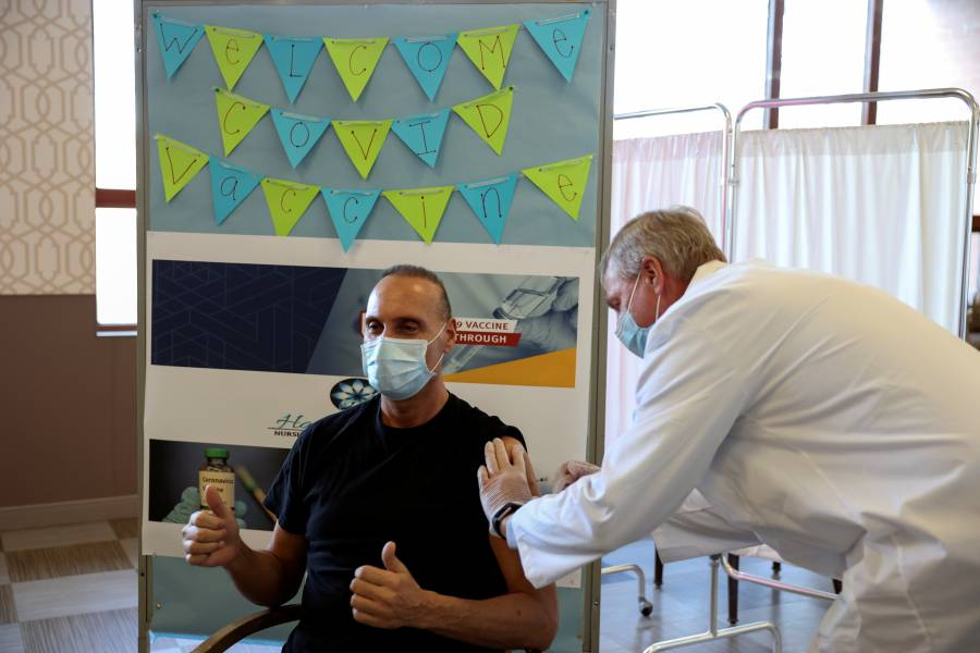 Nueva York y Florida avisan a hospitales que deben apurar vacunación de COVID-19 o perderán el suministro
