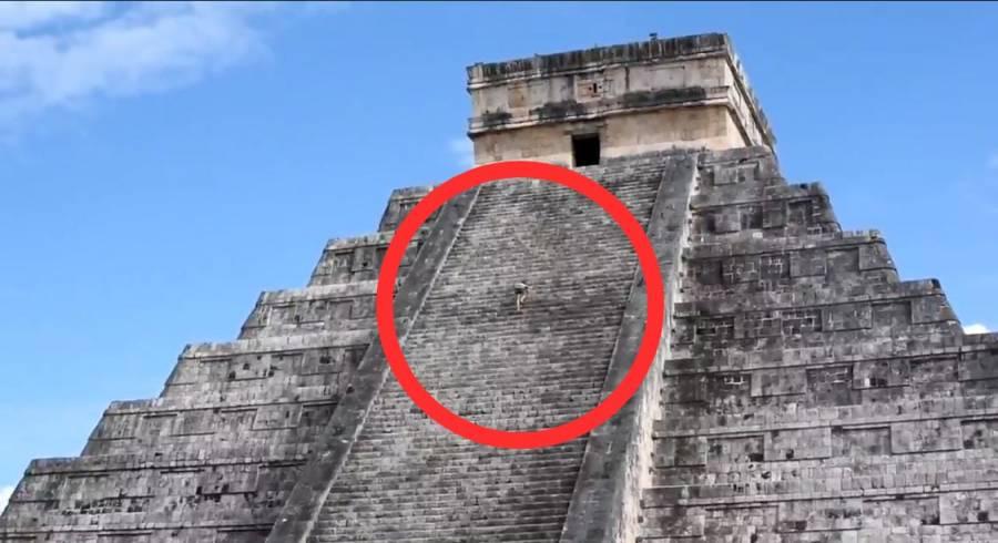 #LadyKukulkán: Mujer esparce cenizas de su esposo desde la cima de una pirámide en Chichen Itzá
