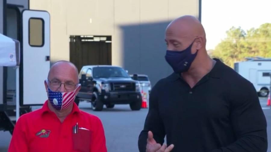 Video: El actor Dwayne Johnson sorprende a uno de sus amigos y le regala una camioneta