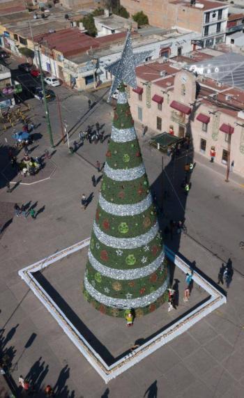 Comparten monumental Rosca de Reyes en Ayuntamiento de Soledad