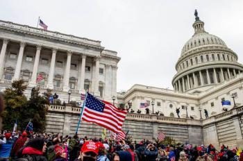Reanudan sesión en el Capitolio tras manifestaciones violentas