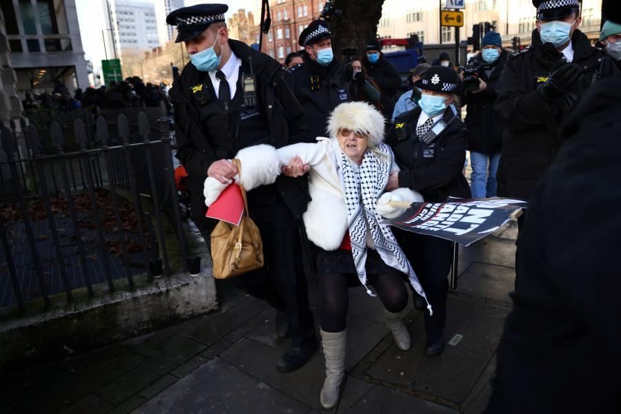 Por riesgo a fuga, niega libertad bajo fianza a Assange