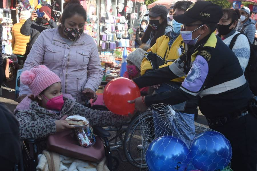 SSC entrega juguetes en calles de la CDMX