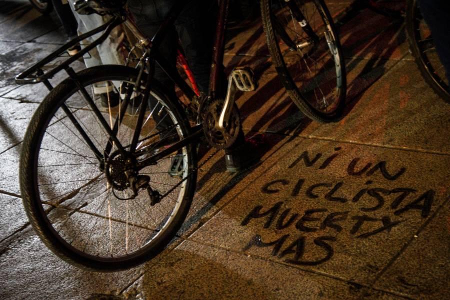 Frente a Metro Martín Carrera fallece ciclista arrollado por microbús