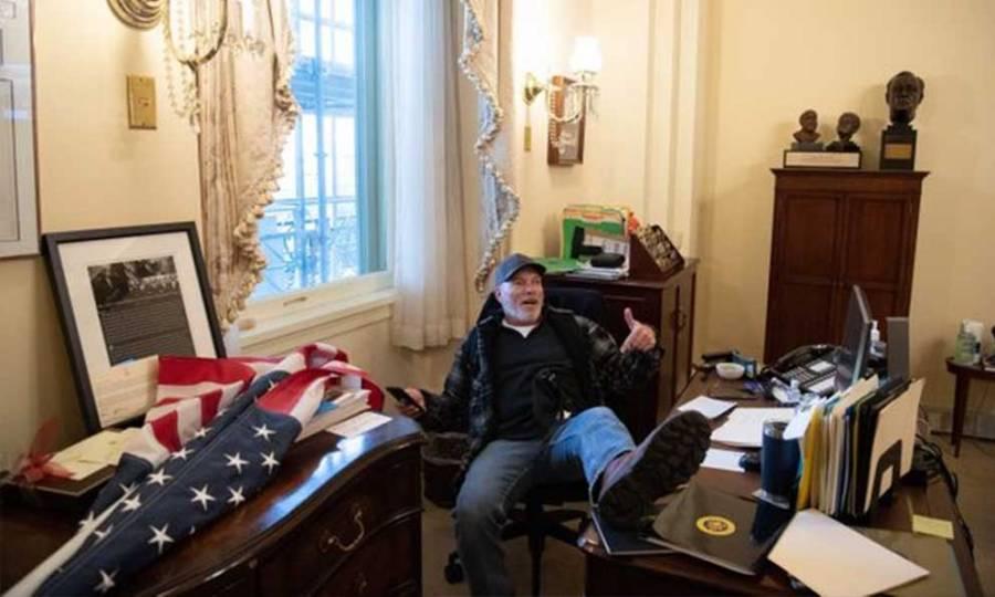 Detienen a sujeto que invadió la oficina de Nancy Pelosi