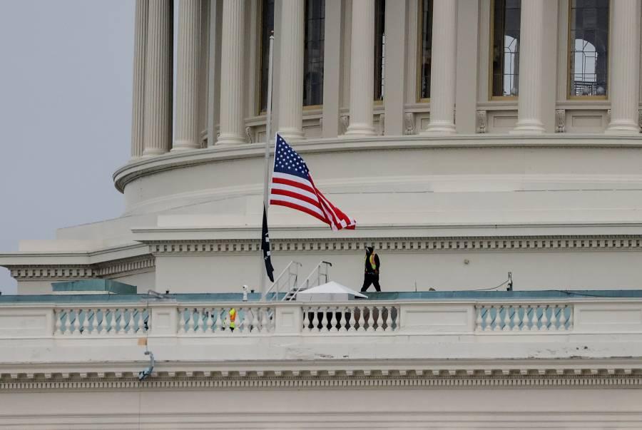 En Capitolio estadounidense, izan banderas a media asta por fallecimiento de policía