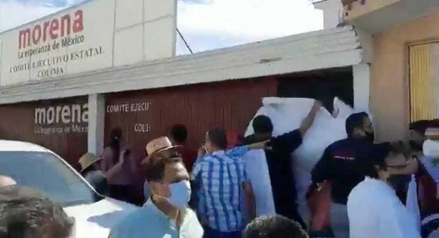 Video: Morenistas lanzan 'huevazos' a Mario Delgado e Indira Vizcaíno en Comité de Colima