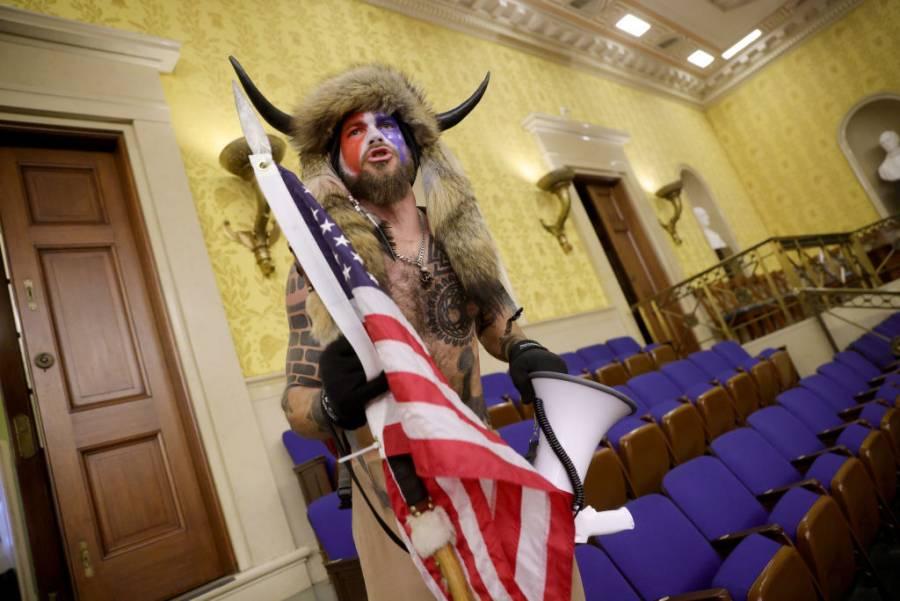 """Detienen a """"Q-Shaman"""", sujeto que irrumpió en el Capitolio de EEUU"""