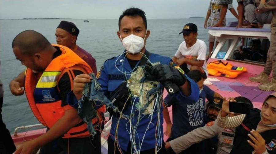 Autoridades de Indonesia buscan restos de avión Boeing caído en el mar de Java