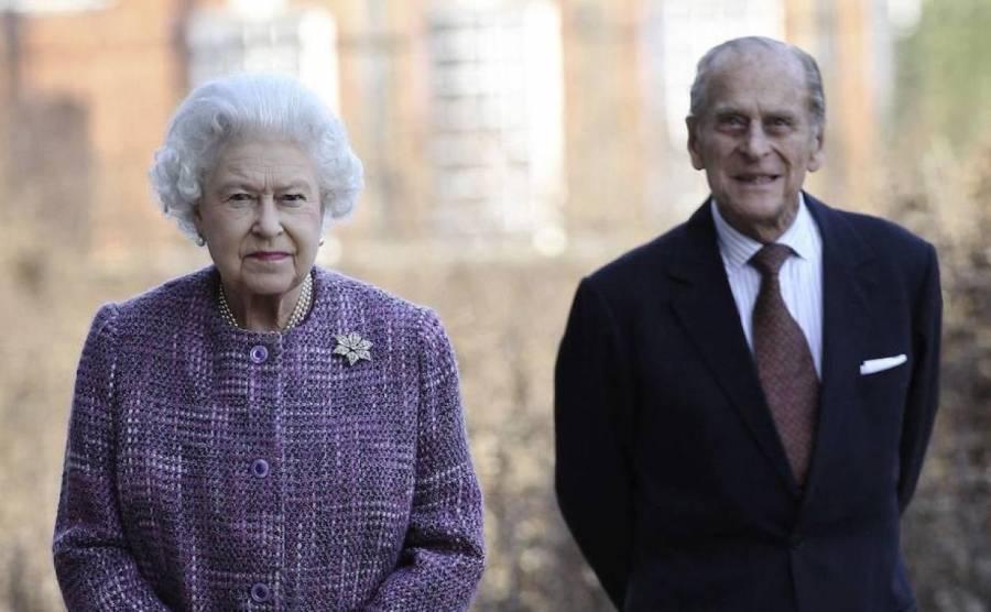 La reina Isabel y el príncipe Felipe reciben vacuna contra Covid-19