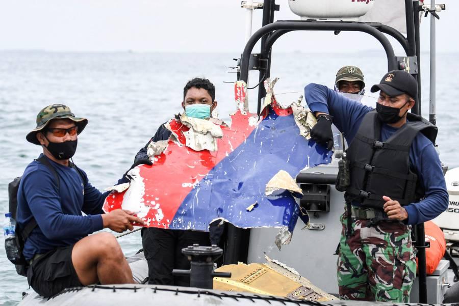 Encuentran las cajas negras del avión colapsado en mar de Indonesia