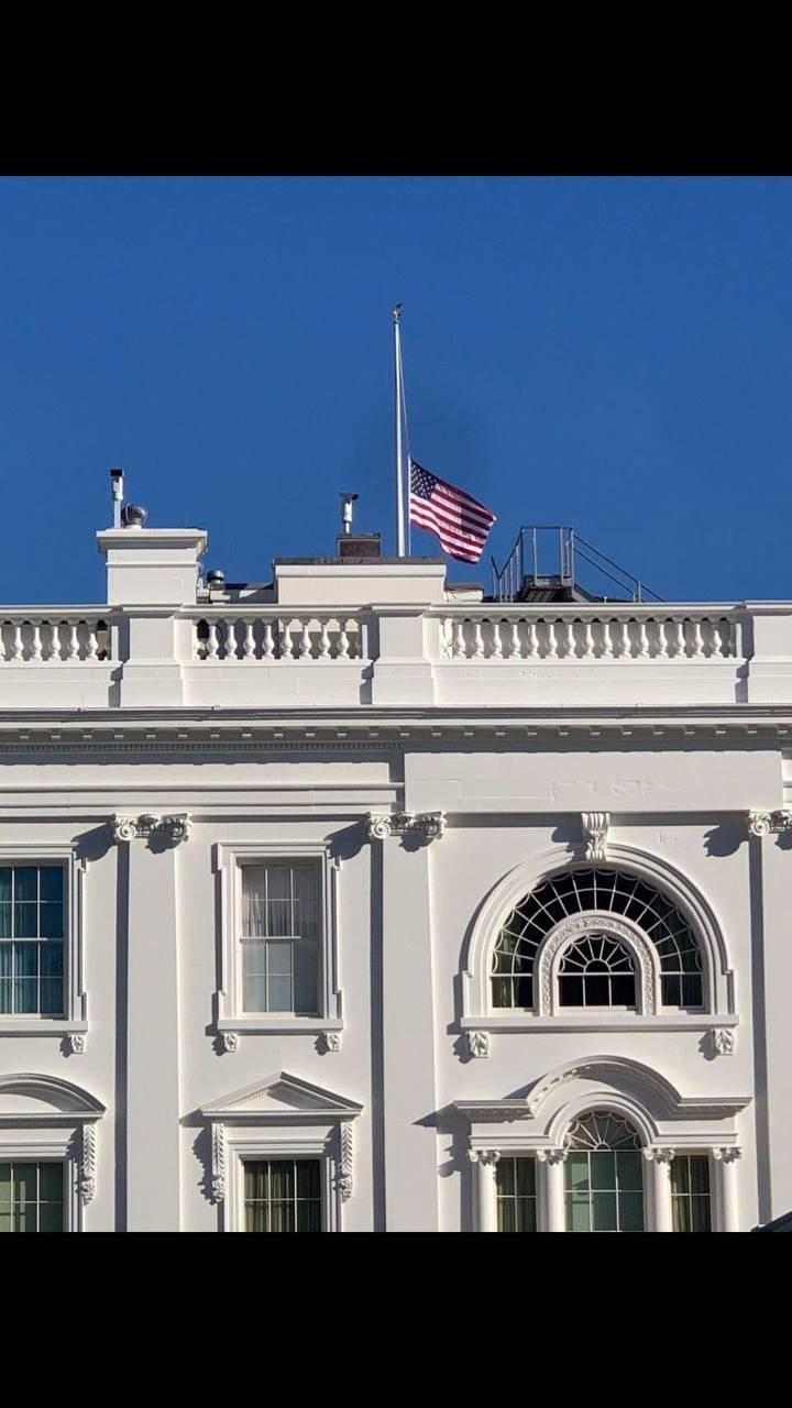 Coloca la Casa Blanca bandera a media asta