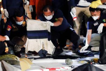 Hallan restos humanos de pasajeros de avión caído en mar de Indonesia