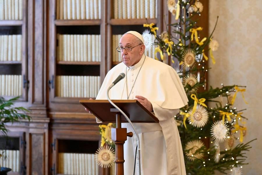 Papa Francisco autoriza que mujeres puedan dar la comunión y ayudar en el altar