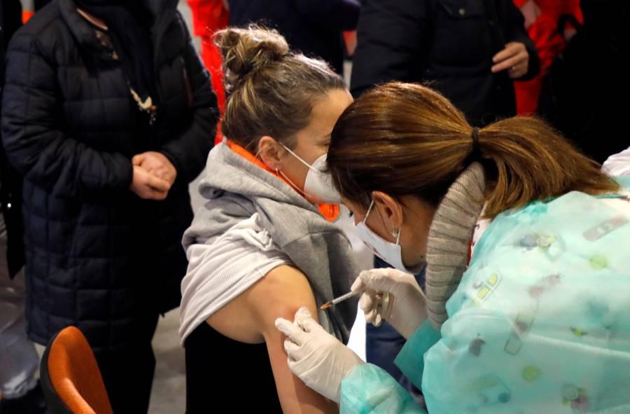 Pese vacunas, inmunidad contra COVID-19 no se logrará en 2021: OMS