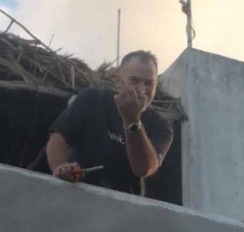 """Video: """"Gringo"""" quiso quemar una palapa hecha por albañiles en Yucatán"""
