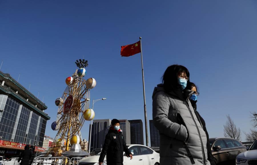 China confirma primera muerte por COVID-19, ocho meses después